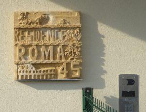 Plaque de la résidence en pierre sculptée façon plaque romaine